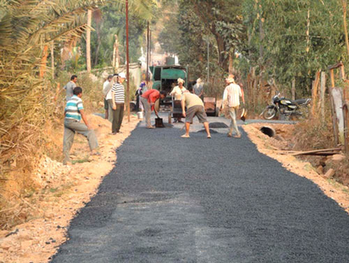 Workers building the road to settlement camp No. 5