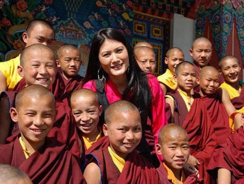 Sakyong Wangmo And Monks - photo by Sean Raggett